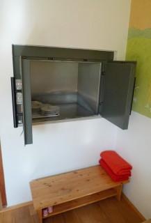 Malý nákladní výtah v mateřské škole v Plzni