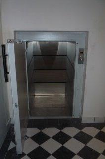 Nákladní výtah v Café baru v Praze