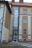 Svislá hydraulická plošina HPI v exteriéru Gymnázia v Sušici