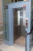 Osobní hydraulický výtah se sníženou prohlubní a hlavou šachty v Praze 2