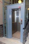 Osobní hydraulický výtah se sníženou prohlubní a hlavou šachty