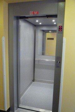 Výtahové dveře lanového výtahu Praha