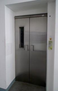 Osobní hydraulický výtah ve firmě BRUSH SEM v Plzni