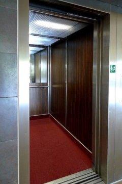 Výtahové dveře v Parkhotelu Plzeň
