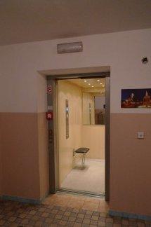 Evakuační výtah v bytovém domě v Plzni