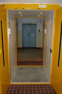 Průchozí nákladní výtah v 28. ZŠ Plzeň