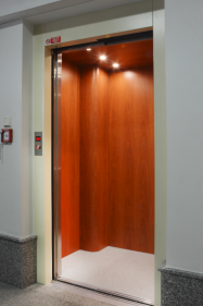 Instalace bestrojovnového výtahu