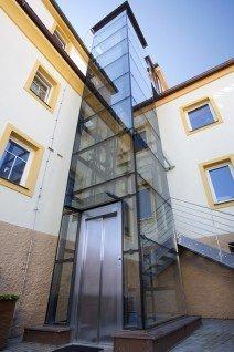 Osobní hydraulický výtah v Rokycanech