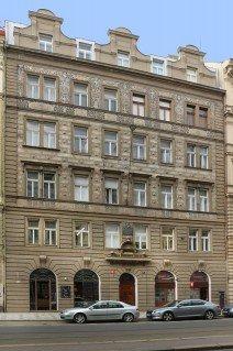 Osobní bezstrojovnový lanový výtah s malou prohlubní a hlavou šachty v Praze