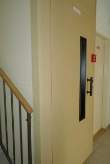 Výtah a výtahové dveře v panelovém domě