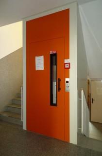 Výtahové dveře v domě