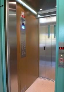 Kabina výtahu v bytovém domě v Mariánských Lázních
